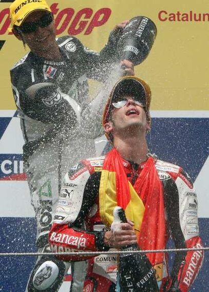 El piloto español de 250 cc Alvaro Bautista, celebra su victoria en del Gran Premio de Catalunya   Foto: Efe