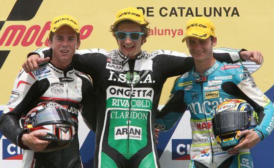 Los pilotos de 125 cc Andrea Iannone (c), Nico Terol (i) y Sergio Gadea celebran en el podio el primero, segundo y tercer puesto, respectivamente  Foto: Efe