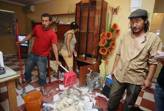 Ángel Navarro muestra el estado en que se ha encontrado su casa.  Foto: Antonio Pizarro