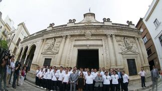 Antes de que diera comienzo la recepción en el Ayuntamiento, la comitiva xerecista al completo se hizo la foto de familia en la Plaza de la Asunción.   Foto: redacci?r?ca