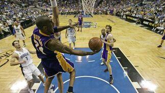 Bryant machaca a aro pasado en una de las últimas jugadas del partido.