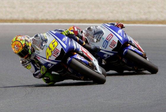 El piloto italiano de Moto GP Valentino Rossi (i) y el español Jorge Lorenzo, durante la carrera de MotoGP