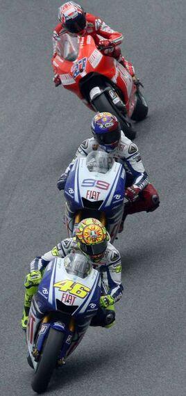 El piloto italiano de Moto GP Valentino Rossi (46), el español Jorge Lorenzo (99) y el australiano Casey Stoner durante la prueba.