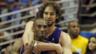 Gasol abraza a Bryant antes del final de partido, cuando la victoria ya era inminente.