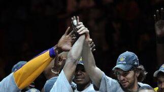 Gasol estrecha la mano de Kobe Bryant tras ser nombrado éste jugador más valioso de la final.