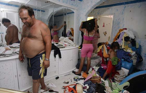 Horacio, uno de los chabolistas que han regresado a las Tres mil, se encontró su casa destrozada y saqueada.  Foto: Antonio Pizarro