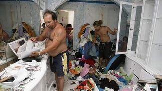 Horacio observa perplejo el estado de su casa.  Foto: Antonio Pizarro