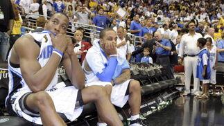 Howard y Nelson observan como los jugadores de los Lakers celebran el campeonato.