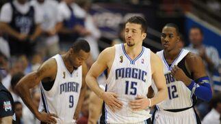 Los jugadores más determinantes de los Magic, de izquierda a derecha, Lewis, Turkoglu y Howard, decepcionados al término del partido.