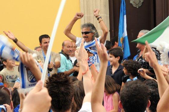 Miguel Flores, 'Capullo de Jerez', se unió a la fiesta del ascenso de los xerecistas y se divirtió como un aficionado más. El cantaor jerezano no paró en ningún momento de saltar, cantar y bailar.   Foto: redacci?r?ca