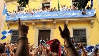 Miles de aficionados azulinos se congregaron a las puertas del Ayuntamiento para homenajear a los futbolistas por su ascenso.   Foto: redacci?r?ca