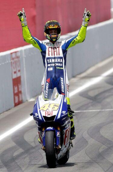 El piloto italiano de MotoGP Valentino Rossi del equipo FIAT Yamaha celebra su victoria en el circuito de Cataluña  Foto: Efe