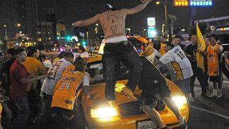 Seguidores de los Lakers celebran el título en la calles de Los Ángeles.
