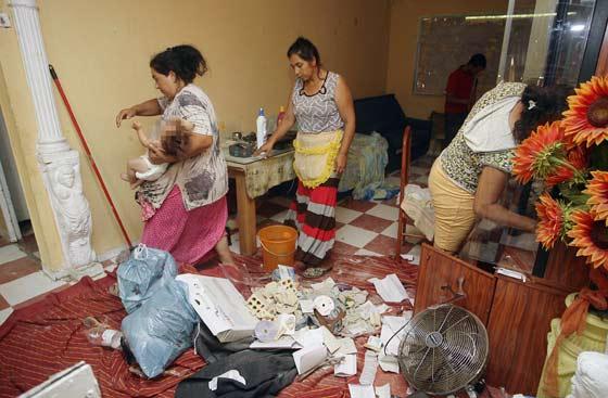 Varias mujeres entran en sus casas consternadas.  Foto: Antonio Pizarro