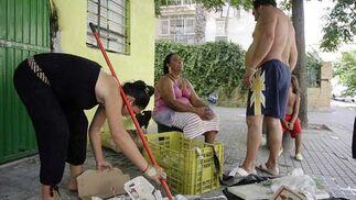 Una joven recoge la basura hallada en la puerta de su vivienda.  Foto: Antonio Pizarro