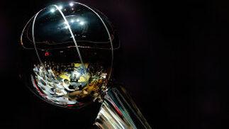 La copa de campeón de la NBA, alzada por uno de los jugadores angelinos.