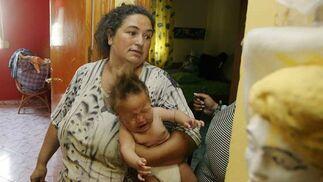 Una madre desesperada con su bebé en brazos llorando.  Foto: Antonio Pizarro