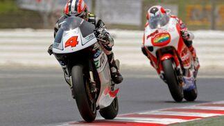 El piloto español de 250 cc. Hiroshi Aoyama (Scot Racing) (i) seguido del español Héctor Barberá (Pepe World)  Foto: Efe