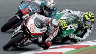 Los pilotos de 125 cc, el español Nicolás Terol (c) (Jack Jones), el italiano Andrea Iannone (d) (Ongetta), y el español Julian Simon (i).  Foto: Efe