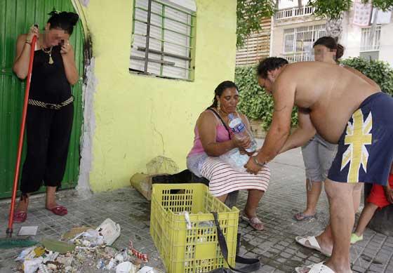 Una joven llora al ver el estado de su casa.  Foto: Antonio Pizarro