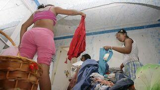 Las más jóvenes recogen su ropa tirada por el suelo.  Foto: Antonio Pizarro