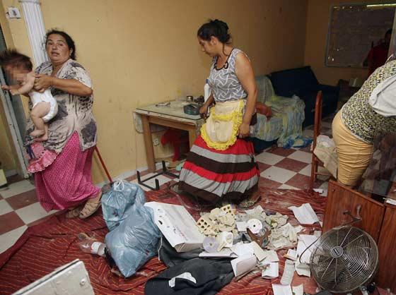 El suelo está lleno de ladrillos y basura.  Foto: Antonio Pizarro