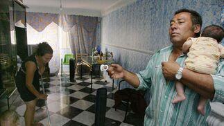 Una mujer limpia su casa una vez que han vuelto.  Foto: Antonio Pizarro