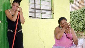 Dos mujeres lloran en la puerta de su casa, saqueada.  Foto: Antonio Pizarro