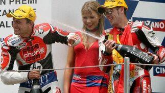 El piloto español Alvaro Bautista (d), vencedor de la carrera de 250 cc, celebra su victoria con el piloto español, Hector Barbera (i).
