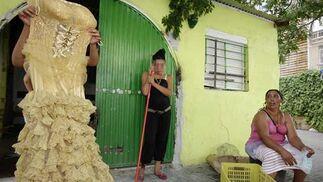 Una joven enseña un vestido mientras otra se contempla por lo sucedido.  Foto: Antonio Pizarro