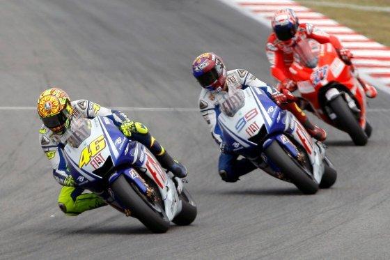 El piloto italiano de Moto GP Valentino Rossi (Fiat-Yamaha) (i) seguido de su compañero de equipo, el piloto español Jorge Lorenzo (c) , y del australiano Casey Stoner (Ducati)   Foto: Efe