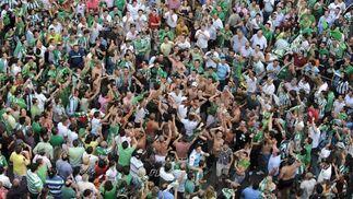 Un grupo de béticos en la Avenida.  Foto: Antonio Pizarro / Juan Carlos Muñoz