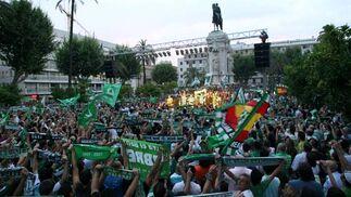 Bufandas y banderas del Betis en una repleta Plaza Nueva ante la lectura del manifiesto del 15-J.  Foto: Antonio Pizarro / Juan Carlos Muñoz