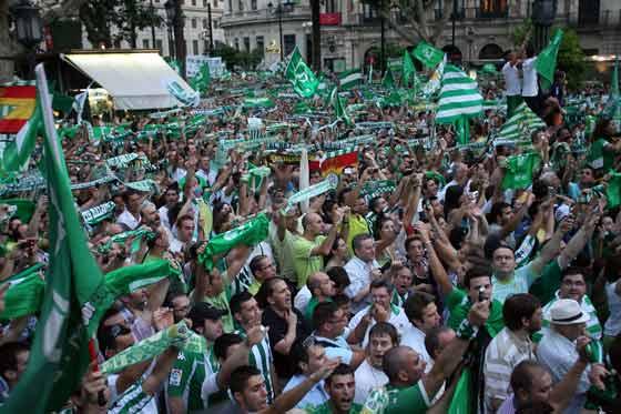 Bufandas y banderas del Betis en una repleta Plaza Nueva.  Foto: Antonio Pizarro / Juan Carlos Muñoz