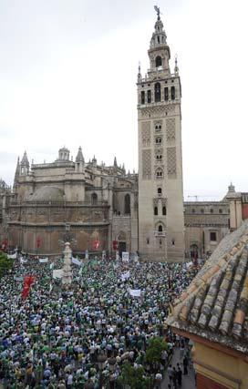 Concentración de béticos en el punto de inicio, la Plaza de la Virgen de los Reyes, desde el hotel Doña María.  Foto: Antonio Pizarro / Juan Carlos Muñoz