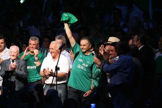 Gordillo recibe el aplauso del gentío entre Alfonso Jaramillo, Hipólito Rincón y Rafael González Serna en el escenario de la Plaza Nueva.  Foto: Antonio Pizarro / Juan Carlos Muñoz