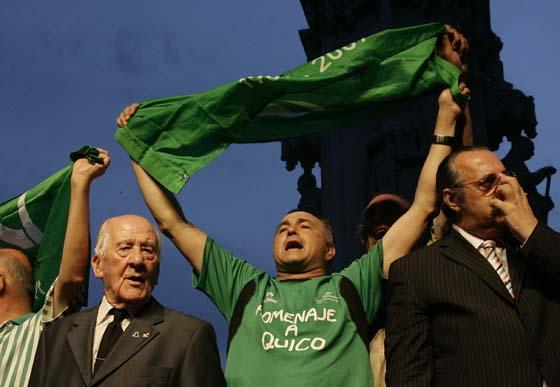 Alfonso Jaramillo, Rafael Gordillo y Pascual González, en el escenario de la Plaza Nueva.  Foto: Antonio Pizarro / Juan Carlos Muñoz