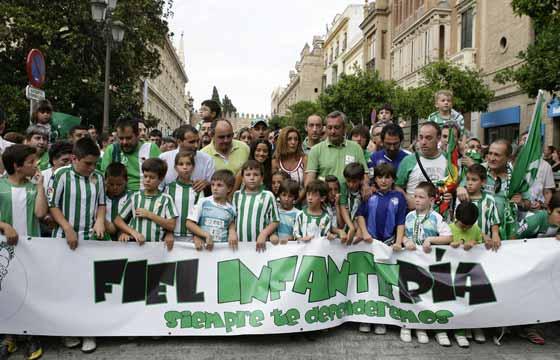 Jóvenes béticos en la calle Santo Tomás.  Foto: Antonio Pizarro / Juan Carlos Muñoz