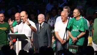 José Manuel Soto lee el manifiesto en el escenario de la Plaza Nueva.  Foto: Antonio Pizarro / Juan Carlos Muñoz