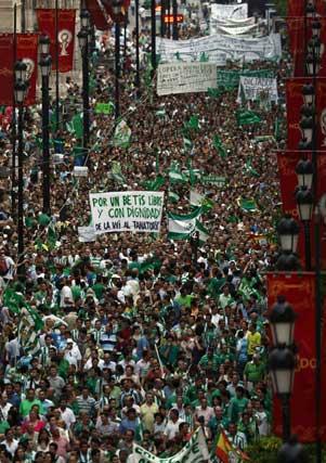 Miles de béticos en la Avenida con pancartas alusivas a Lopera.  Foto: Reuters