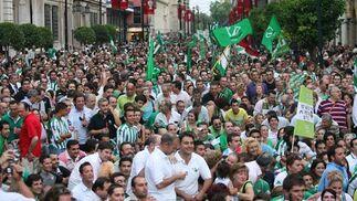 Miles de béticos en la Avenida.  Foto: Antonio Pizarro / Juan Carlos Muñoz