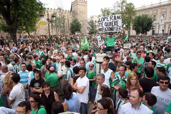 La manifestación avanza por la Plaza del Triunfo.  Foto: Antonio Pizarro / Juan Carlos Muñoz