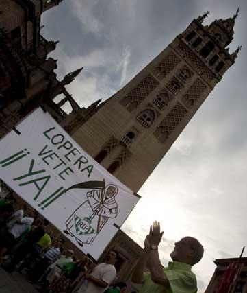 Una pancarta contra Lopera a los pies de la Giralda.  Foto: Efe