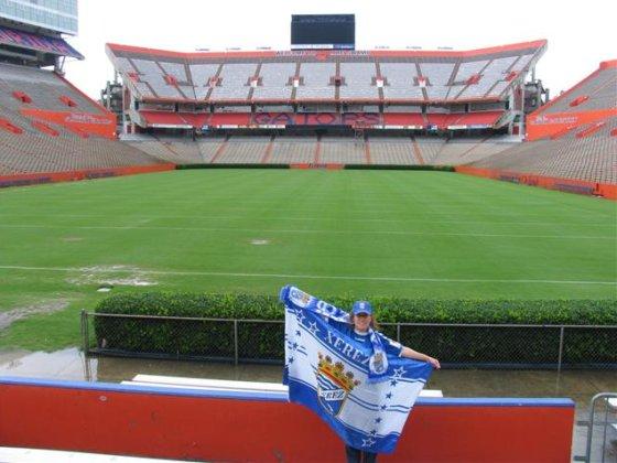 Con motivo del ascenso, mis primos Juan Carlos y María Rosa desde Florida (EEUU)nos mandan esta foto en el estadio de los Gators de la Universidad de Florida.  Foto: Perico Gallo