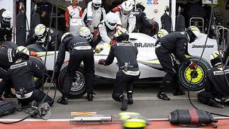 Los mecánicos de Brawn, con el monoplaza de Jenson Button.  Foto: Reuters / Afp Photo