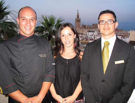 El maitre Sergio Puntivero, Tamara Crespo, y Alberto Garrido, chef ejecutivo del Restaurante El Mirador.  Foto: Victoria Ramírez