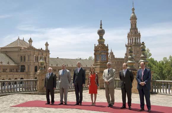 Los ministros de Defensa de Turquía, Alemania, Bélgica, España, Francia, Luxemburgo y Reino Unido, en la Plaza de España de Sevilla tras para analizar el A400M.  Foto: Julio Muñoz (Efe)