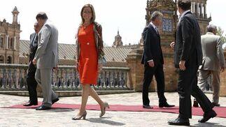 Carme Chacón camina por la Plaza de España junto al resto de los ministros de Defensa de los países socios del proyecto A400M.   Foto: Juan Carlos Muñoz