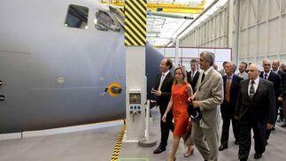 Los ministros de Defensa de los países participantes del A400M, durante su visita a EADS-CASA para ver los avances del avión.  Foto: Julio Muñoz (Efe)
