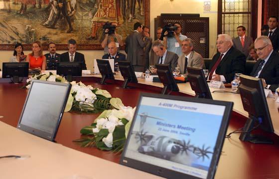 Los ministros de Defensa de los países asociados en el proyecto A400M, durante la reunión.  Foto: Juan Carlos Muñoz